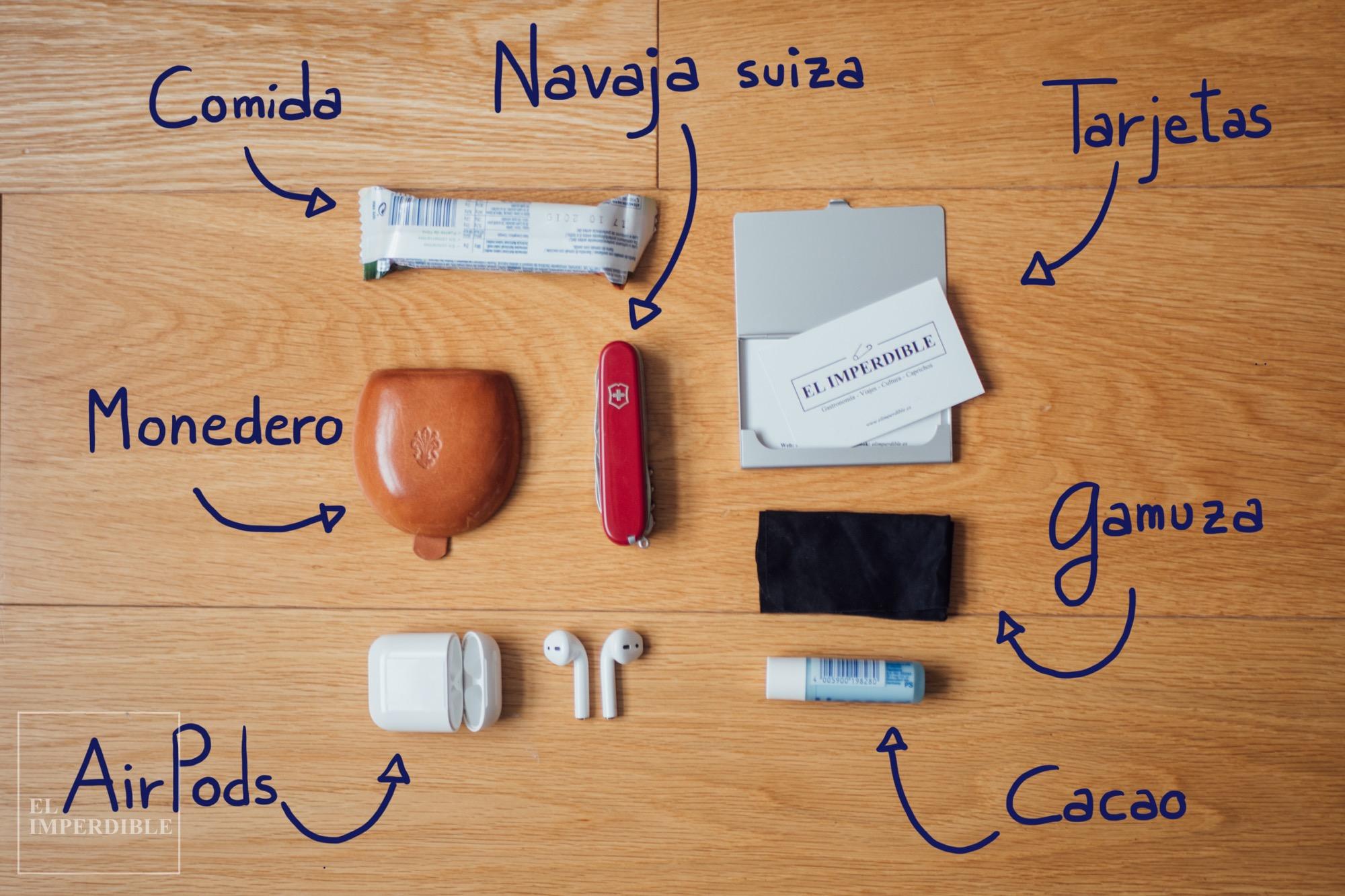 Qué llevo en mi mochila de trabajo edc Monedero navaja suiza Victorinox apple airpods