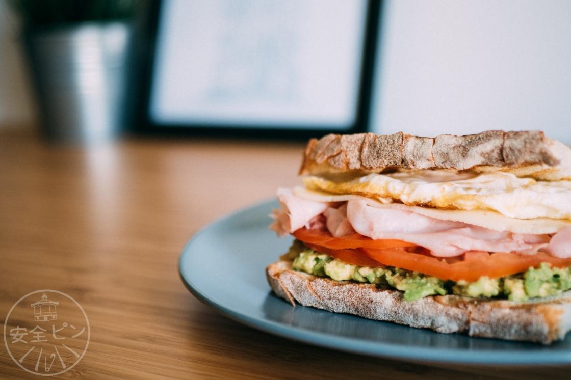 como hacer un sandwich de huevo y aguacate