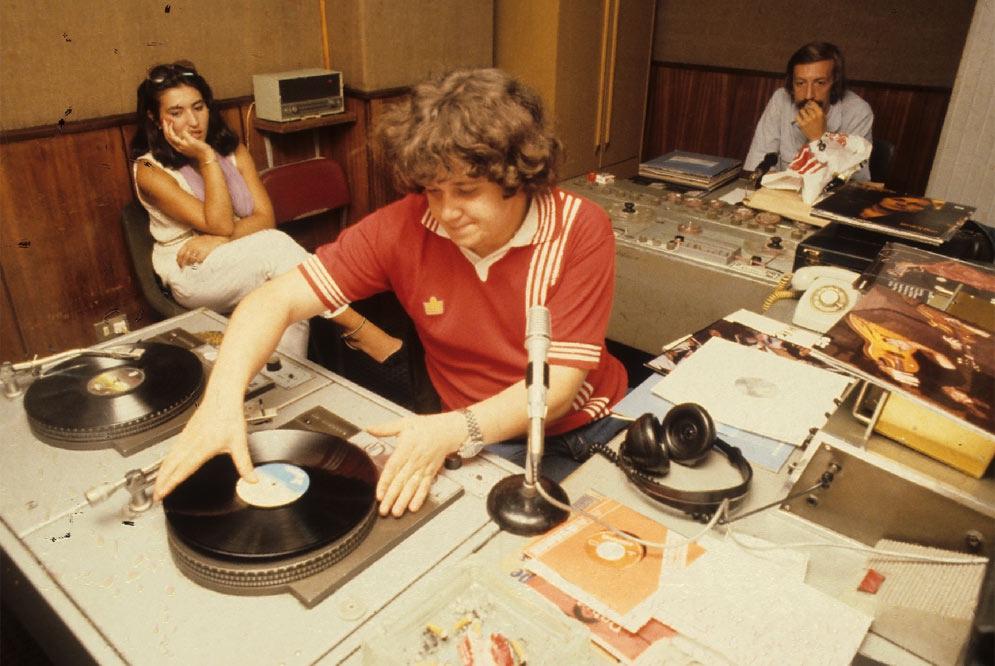 Julio Ruiz grabando Disco Grande en Radio Popular